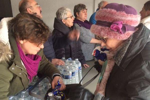 Depuis 15h, les habitants de Saint-André de l'Eure viennent chercher des bouteilles d'eau