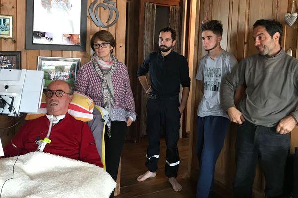 Francis Valla, qui vient de raconter son combat contre la maladie de Charcot dans un livre, entouré des siens chez lui au Chambon-sur-Lignon en Haute-Loire.