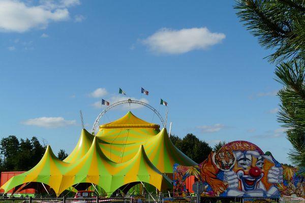 Le cirque franco-italien est installé tout l'été sur les bords du lac de Saint-Yrieix (Charente).