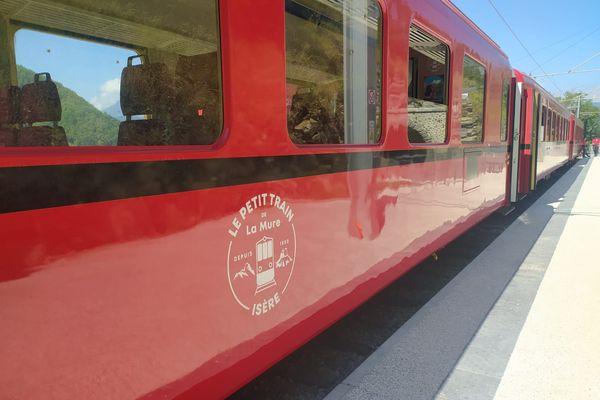 Le train de La Mure, à l'arrêt depuis 10 ans, a repris les rails le 20 juillet 2020 avant sa réouverture au public le lendemain.