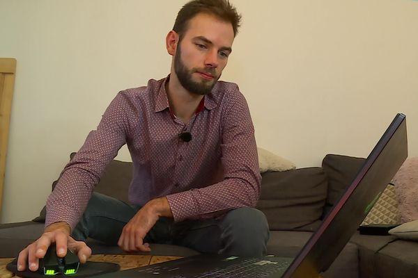 Sur son ordinateur, Joseph possède d'importants dossiers concernant la communauté de Malrevers.