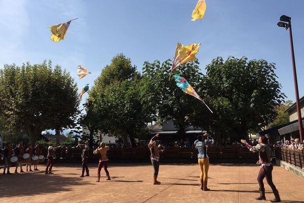 Lanceurs de drapeaux et arbalétriers, tous en costumes médiévaux, ont ponctué la cérémonie.