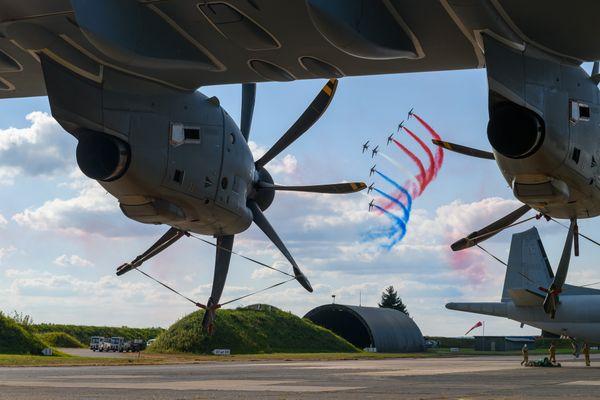 La Patrouille de France vue sous l'aile de l'A400M Atlas d'Airbus
