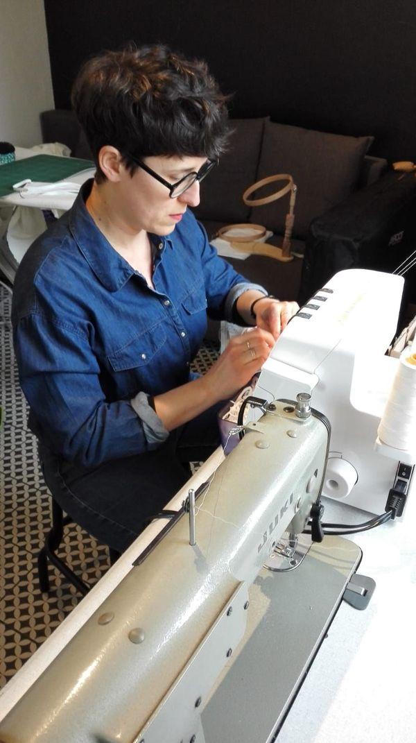 Gaëlle Raissignier passe ses journées à fabriquer des masques