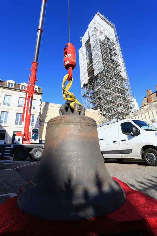 La cloche d'1,5 tonne a nécessité l'aide d'une grue pour la soulever jusqu'à son emplacement.