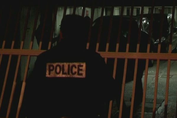 Des policiers procèdent à des perquisitions dans des box de parking utilisés par un ou plusieurs des suspects à Torcy (Seine-et-Marne) dans la nuit du 9 octobre 2012.