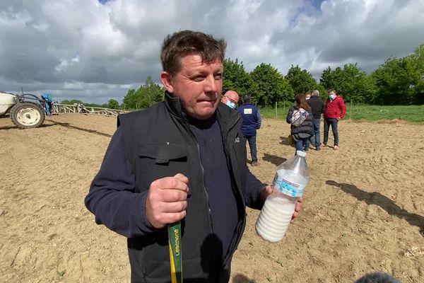 Thierry Moreau, éleveur laitier et de volailles adhérent de la FDSEA 35, est venu avec un litre de liquide pour symboliser la quantité de glyphosate qu'il épand sur 1 hectare de terre.