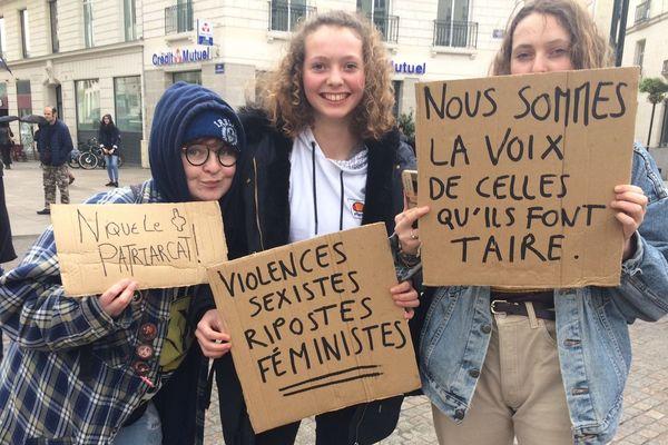 À Nantes, dimanche 8 mars, un rassemblement avait lieu place Graslin avant une manifestation pour défendre les droits des femmes.