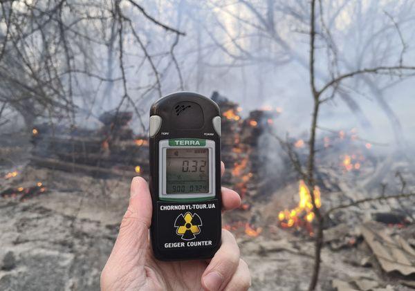 """Mesure du taux de radioactivité dans la zone """"d'exclusion"""" qui entoure la centrale de Tchernobyl, en proie aux flammes"""