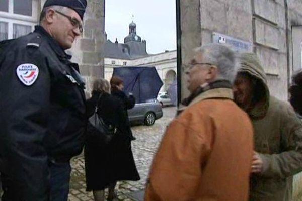 Une cinquantaine de personnes manifestent devant la préfecture d'Indre-et-Loire, le 26 février 2015.