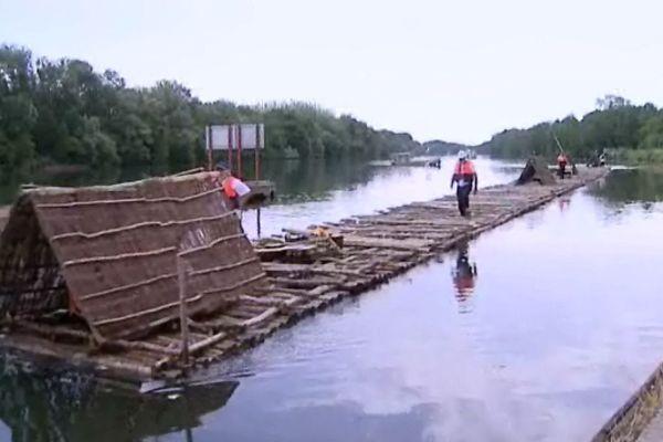 Le train de bois, une fois les bûches assemblées, au départ de son périple, dans l'Yonne