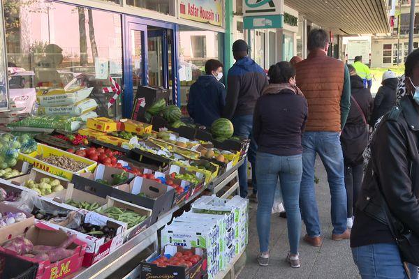 Etal d'un commerçant, à Rennes, au 1er jour du ramadan.