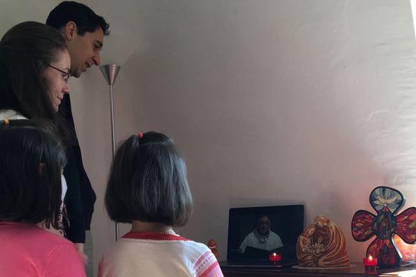 La famille Cordellier a suivi la messe du dimanche de Pâques... chez elle, à Chalezeule, devant un ordinateur.