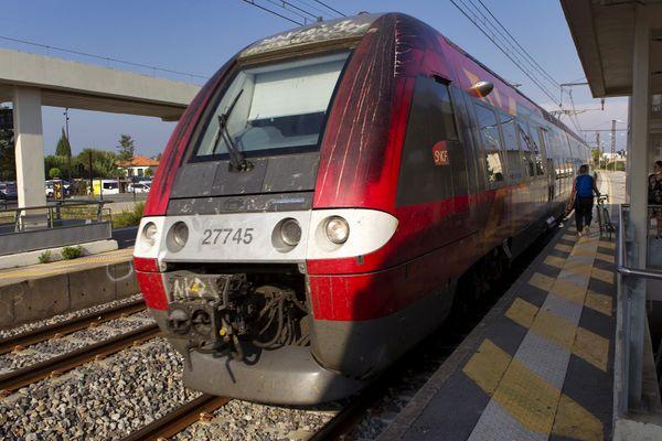 Un TER à quai, en gare SNCF de Lunel près de Montpellier, dans l'Héraut -09.2020.