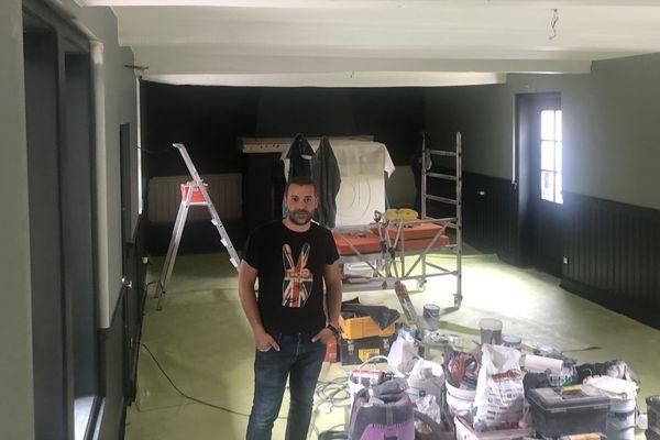 Benjamin Bajeux au milieu de son restaurant en travaux