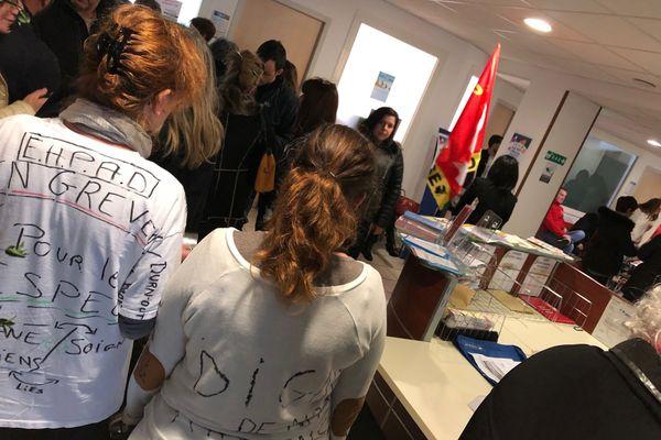 Des personnels d'établissements de santé dans les locaux de l'ARS.