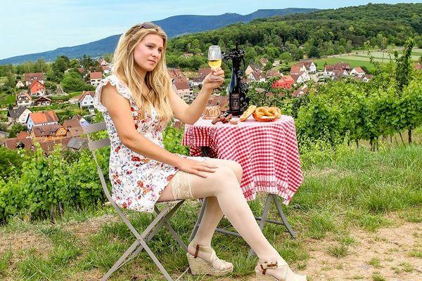 """Jordane Meyer, viticultrice à Rosenwiller illustre le mois de septembre, sur le calendrier """"Belles des prés"""" 2021"""
