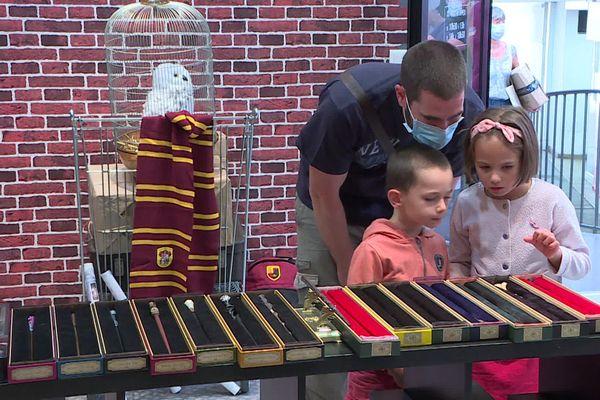 La saga est plus âgée qu'eux... Et pourtant ces jeunes enfants sont déjà fans de Harry Potter. Avec leur papa, ils viennent acheter baguettes magiques, répliques d'Edwige et capes de Poudlard à la nouvelle boutique de Dijon.