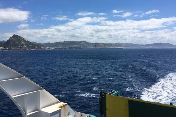 Après plus de 70 jours d'incertitude, Corinne Gaillard et son mari ont enfin pu monter à bord d'un ferry. Les côtes marocaines s'éloignent.