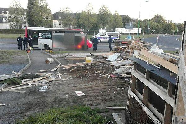 """La """"Maison citoyenne"""" des gilets jaunes de Saint-Lô a été rasée ce lundi matin suite à l'ordonnance d'expulsion rendue par la cour d'appel de Caen"""