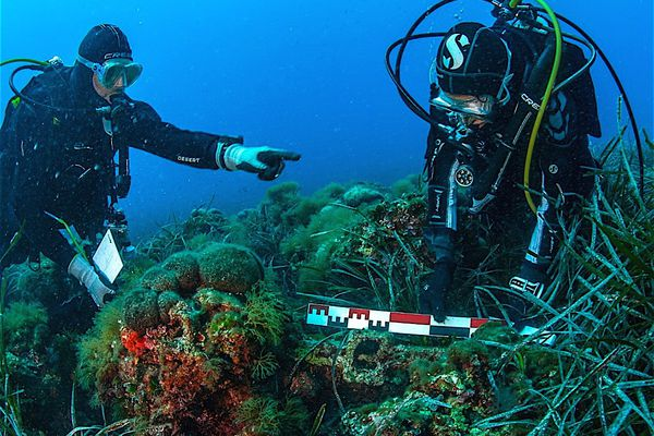 Les plongeurs ont réalisé des relevés scientifiques avant de déplacer ce jas antique.