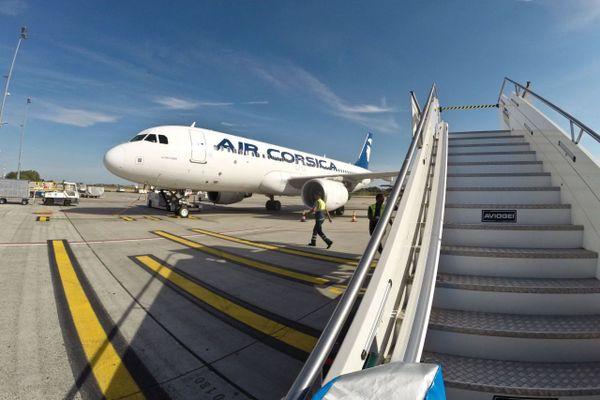 Airbus A320 de la compagnie régionale corse Air Corsica, sur le tarmac de l'aéroport de Bruxelles Charleroi.