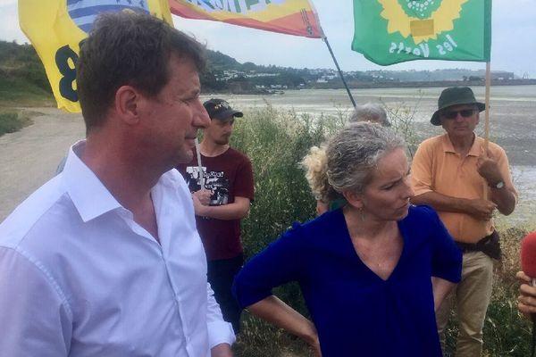 Les parlementaires Delphine Batho et Yannick Jadot sur la plage du Valet à Saint-Brieuc