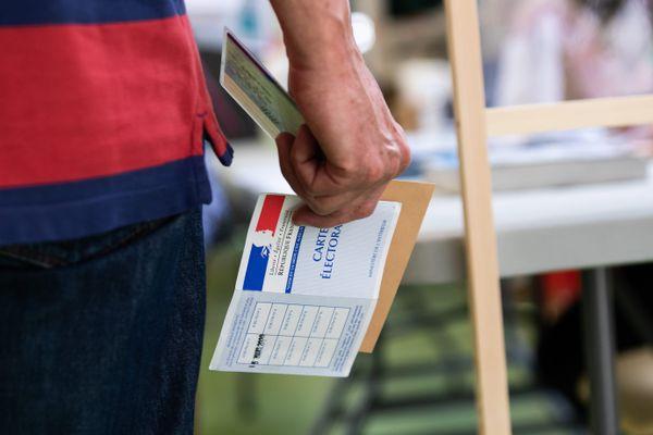 Un homme tient en main ses documents pour aller voter - Photo d'illustration.