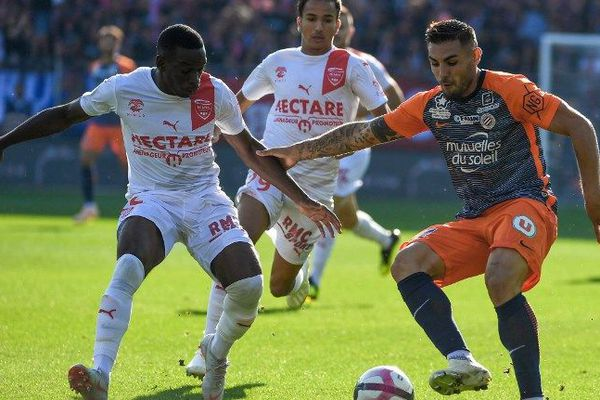 Le milieu nîmois Faitout Maouassa et l'attaquant montpelliérains Andy Delort, lors du derby MHSC-Nîmes Olympique le dimanche 30 septembre 2018