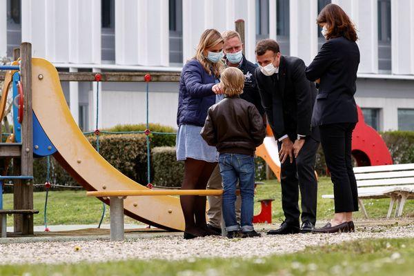 Emmanuel Macron visite le service de pédopsychiatrie du CHU de Reims (Marne), le 14 avril 2021.
