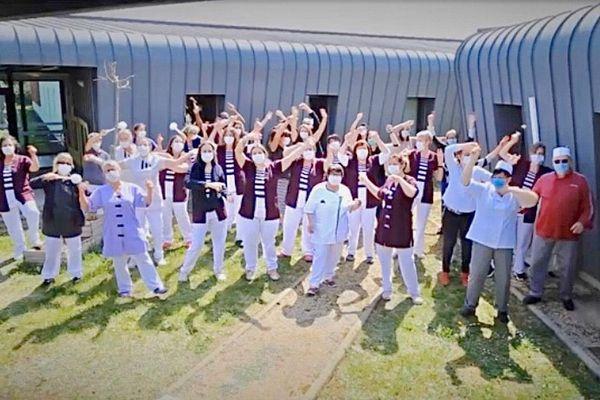 Cuisiniers, soignants, éducateurs, personnels administratifs de l'association Croix-Marine de Saint-Germain-Lembron près d'Issoire, ont participé à un clip.