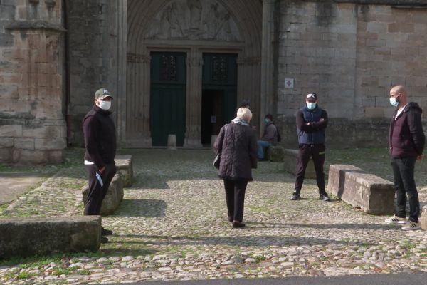 Des jeunes de confession musulmane sont venus ce dimanche protéger symboliquement la cathédrale de Lodève.