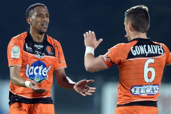 Gonçalves vient saluer Alla après son but face à Tours
