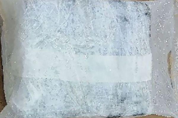 C'est un paquet similaire à celui-ci, suspecté de contenir de la cocaïne et retrouvé sur une plage du Porge, lundi 11 novembre en Gironde, qui a été découvert dans une poubelle d'une plage de Camaret ce 12 novembre