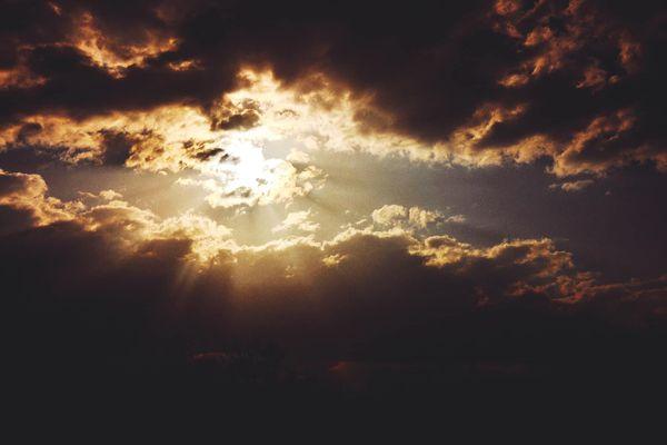 Toujours des rayons de soleil derrière les nuages