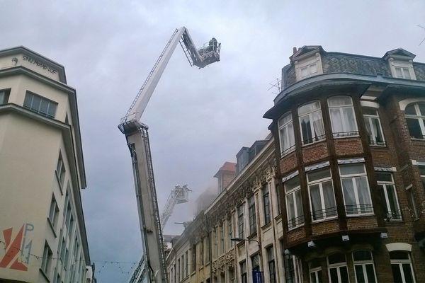 D'important moyens ont été déployés rue des arts afin d'éviter une rapide propagation de l'incendie