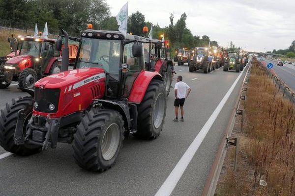 Des éleveurs bloquent l'autoroute A6 au niveau de la porte de Lyon, mercredi 22 juillet.