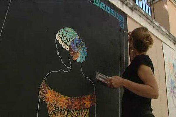 Nadja, artiste peintre, apprécie de travailler hors de son atelier.