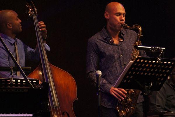 Joshua Redman sur la scène de la salle Marcel Hélie, jeudi soir à Coutances.