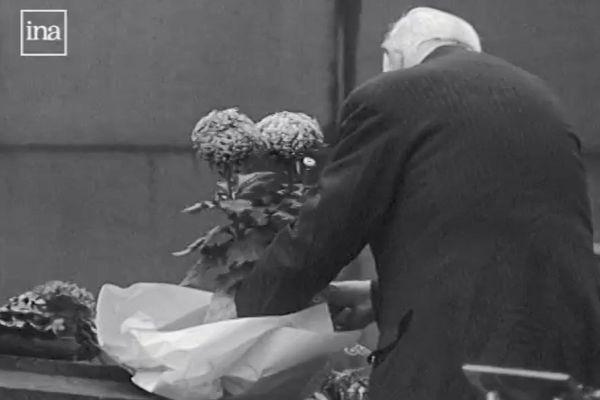 Cimetière parisien en 1968 le jour de la Toussaint.