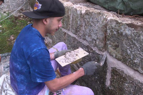 Les jeunes s'attaquent notamment à la rénovation des murs de la Citadelle, à Besançon.