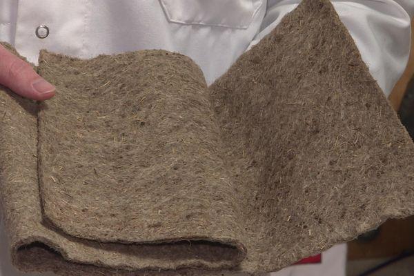 Les écorces, de Douglas principalement sont broyées et tamisées puis introduites dans ce filtre en lin pour absorber les métaux lourds