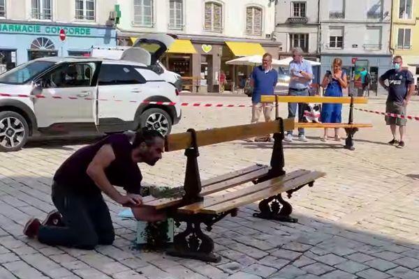 Un essaim d'abeilles s'est installé sur un banc public à Chaumont, en Haute-Marne.