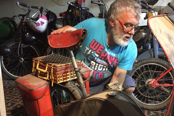 Albano, 62 ans, nous fait découvrir son univers composé de nombreux scooters.