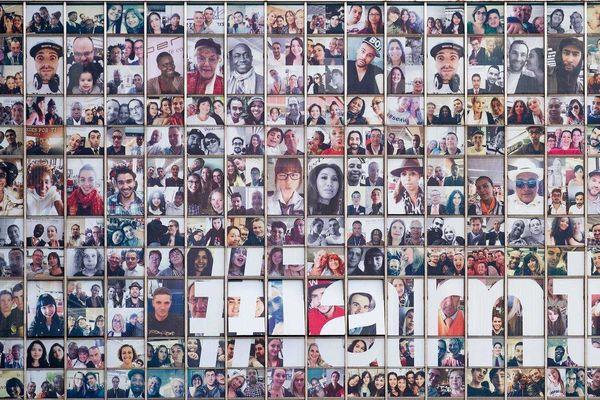 """Le plus grand mur de """"selfies"""" au monde, habille depuis mercredi l'aéroport d'Orly."""
