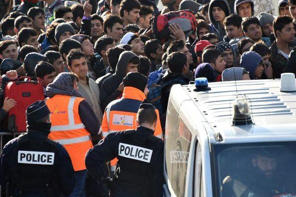 "Des migrants évacués du bidonville de la ""Jungle"" de Calais mercredi dernier."