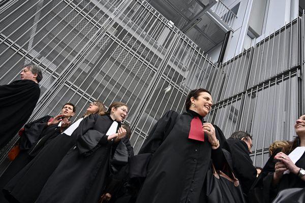 Des avocats ont bloqué temporairement les entrées du tribunal de Paris pour protester contre la réforme des retraites.