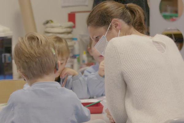 L'accompagnant des élèves en situation de handicap ou AESH remplit des missions d'aide à l'accueil et à l'inclusion scolaire des élèves en situation de handicap.