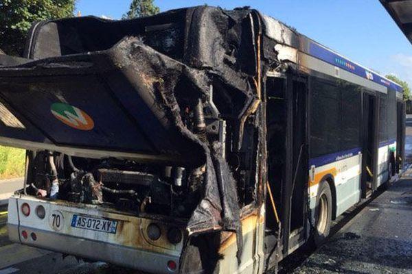 Le moteur de ce bus Twisto s'est embrasé ce jeudi en fin d'après-midi dans le quartier du Calvaire-Saint-Pierre à Caen