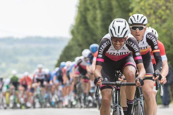 Sébastien Delaunay mène le peloton du Tour de Bretagne cycliste